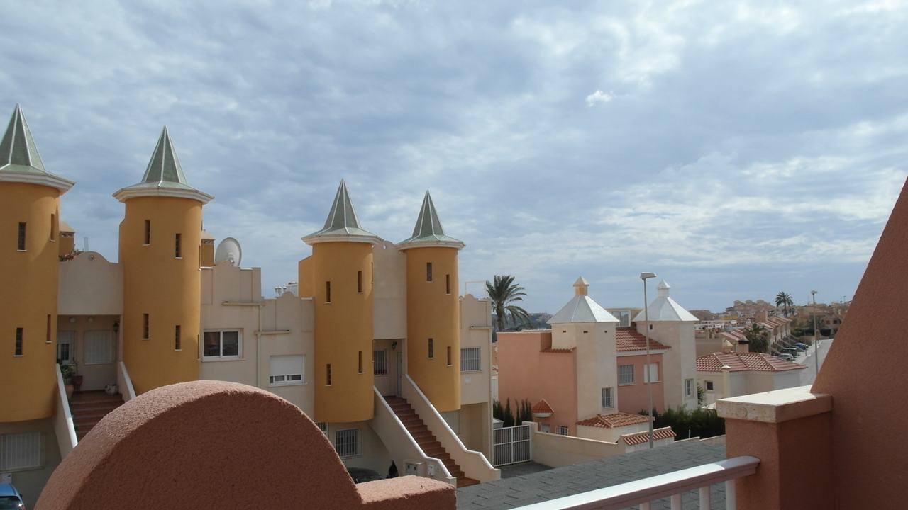 Duplex semiadosado con parcela, vistas al mar y piscina comunitaria en venta en Puerto de Mazarron