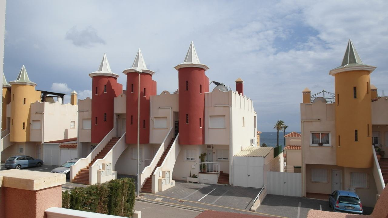Duplex semiadosado con parcela, vistas al mar y piscina comunitaria en alquiler en Puerto de Mazarron